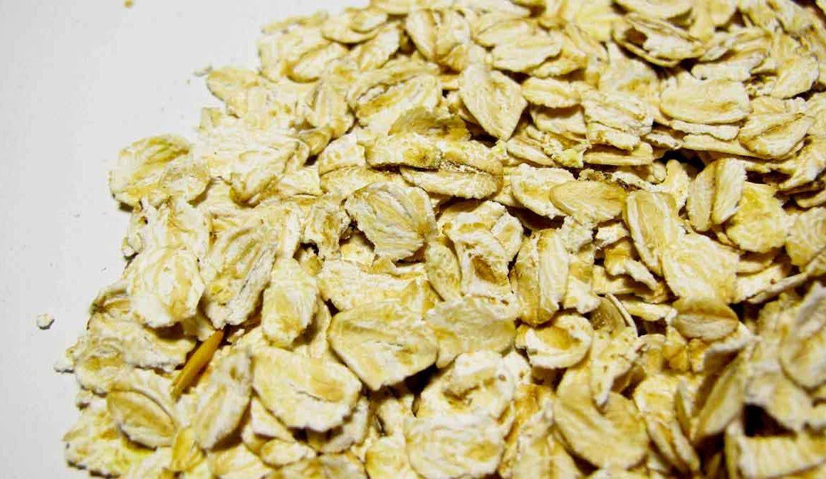 Dry oat flakes